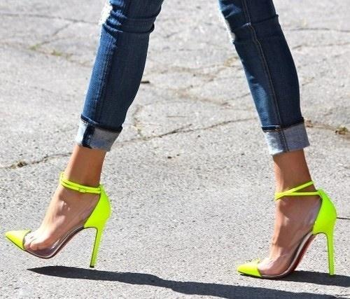 Skinny Jeans với giày Neon High Heels