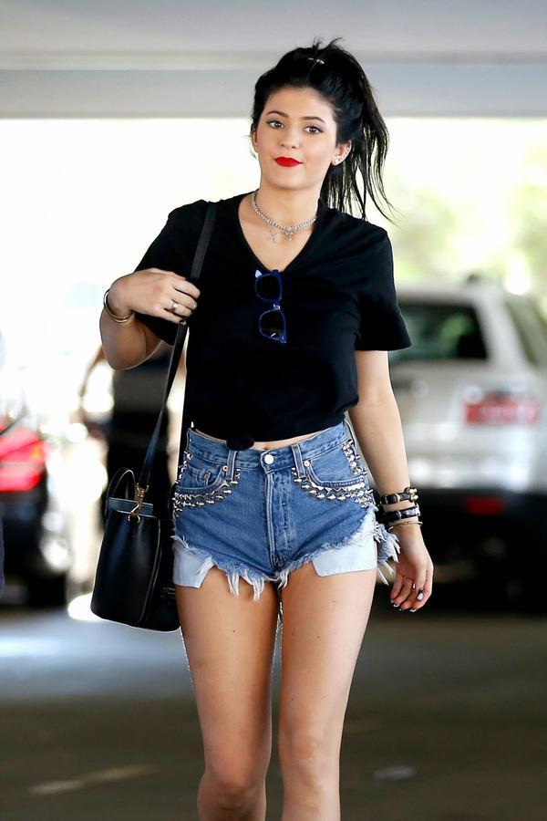 Quần shorts với áo thun đen là set đồ trẻ trung