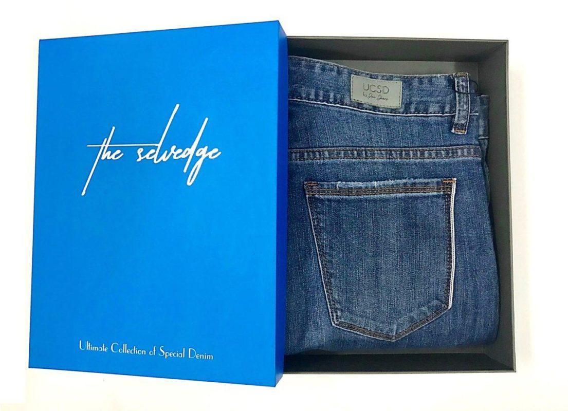 Hình ảnh quần seledge denim của Aaa Jeans để trong hộp đựng.