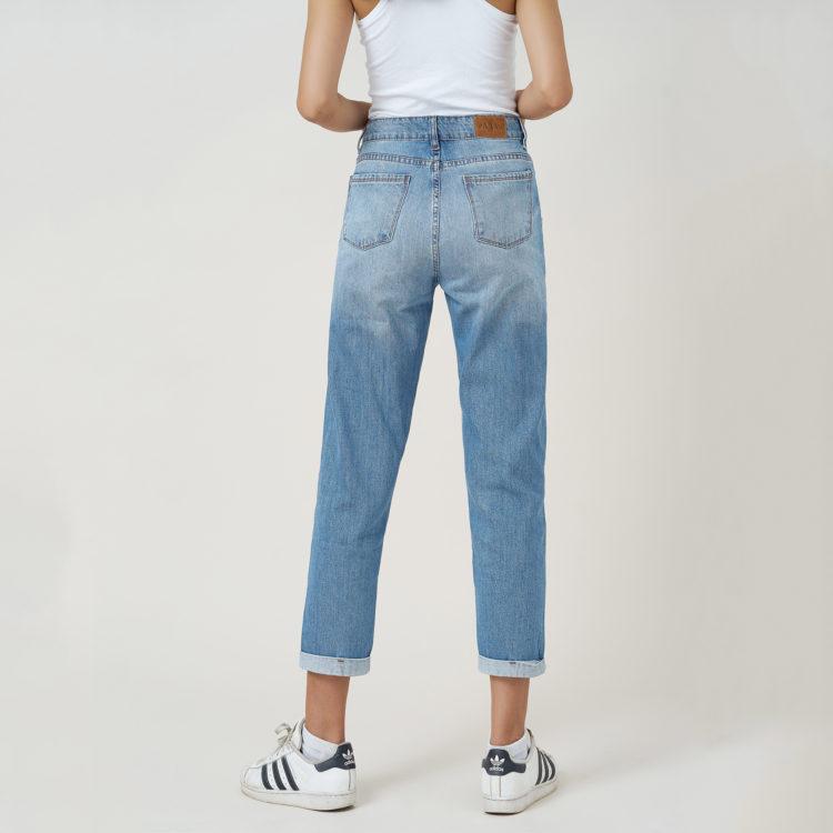 Hình ảnh sản phẩm quần Jean nữ boyfriend Hiệu AAA Jean màu xanh nhạt chụp phía sau