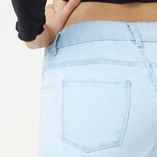 Hình ảnh quần jean nữ màu xanh sáng Hiệu AAAJean chụp góc hông phía sau