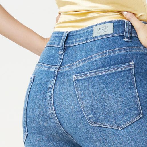 Hình ảnh sản phẩm quần Jeans Hiệu AAA màu xanh chụp góc nghiêng phía sau