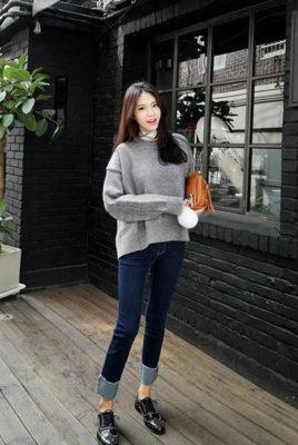 phối áo len xám với quần jeans