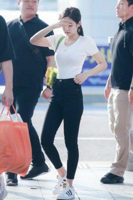 phối đồ áo phông trắng với quần jeans