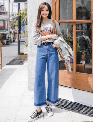 phối áo phông xám với quần jeans