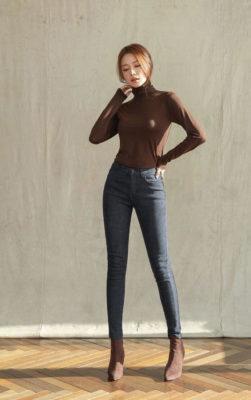 phối áo thun nâu tay dài với quần jeans