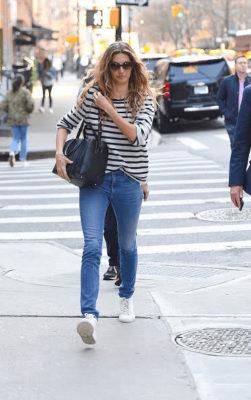 phối áo thun dài tay sọc đen trắng với quần jeans
